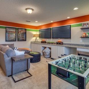 Idée de décoration pour un sous-sol tradition avec salle de jeu, un mur orange, moquette et un sol beige.