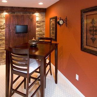 Idées déco pour un sous-sol montagne semi-enterré et de taille moyenne avec moquette et un mur orange.