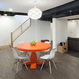 Réalisation d'un sous-sol design donnant sur l'extérieur et de taille moyenne avec un mur blanc, aucune cheminée, un sol en carrelage de porcelaine et un sol marron.