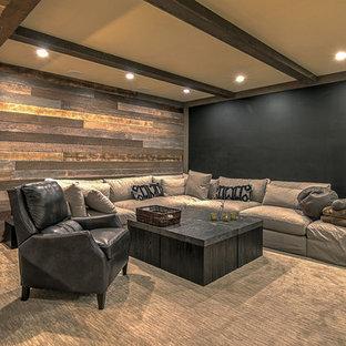 Cette image montre un sous-sol chalet avec un mur marron, moquette et un sol gris.