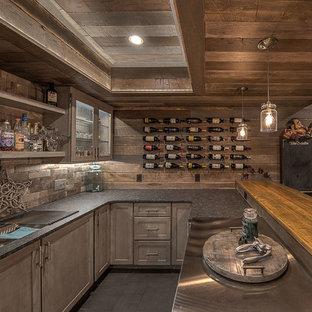 Idée de décoration pour un grand sous-sol chalet enterré avec un mur marron, moquette, cheminée suspendue, un manteau de cheminée en carrelage et un sol beige.