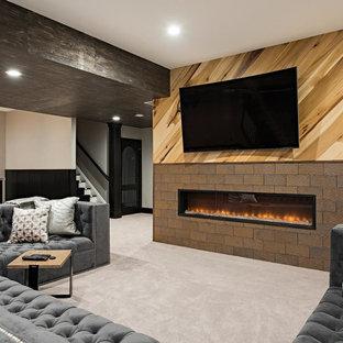 Inspiration pour un grand sous-sol traditionnel enterré avec salle de jeu, moquette, une cheminée ribbon, un sol gris, un mur beige et un manteau de cheminée en carrelage.