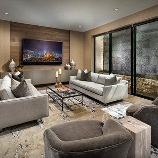 Réalisation d'un sous-sol design donnant sur l'extérieur et de taille moyenne avec un sol en bois brun, un mur marron et aucune cheminée.