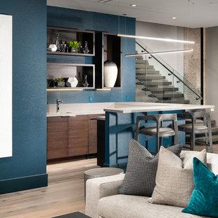 Cette photo montre un grand sous-sol tendance donnant sur l'extérieur avec un mur gris, un sol en bois foncé et un sol marron.