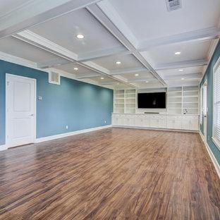 Aménagement d'un sous-sol classique donnant sur l'extérieur avec un mur bleu et un sol en vinyl.
