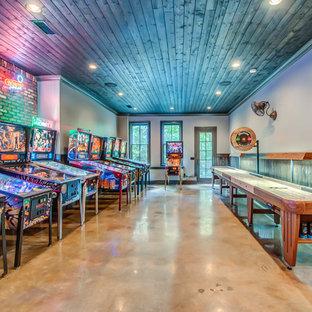 Foto di una taverna minimal interrata con pareti grigie e pavimento beige