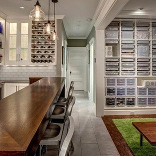 Idées déco pour un sous-sol classique enterré avec un mur gris, aucune cheminée et un bar de salon.