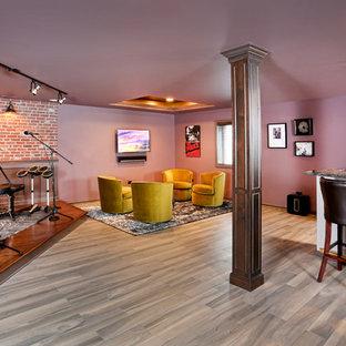 Inspiration pour un grand sous-sol bohème enterré avec un mur violet, un sol en carrelage de céramique et aucune cheminée.