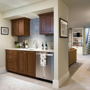 Idée de décoration pour un petit sous-sol craftsman semi-enterré avec moquette et un sol beige.