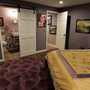 Idées déco pour un sous-sol éclectique semi-enterré et de taille moyenne avec un mur violet et un sol en vinyl.