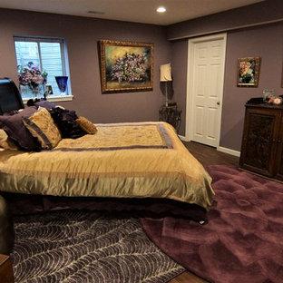 Mittelgroßer Stilmix Hochkeller mit lila Wandfarbe, Vinylboden und braunem Boden in Sonstige