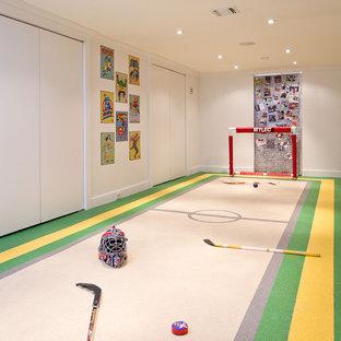 Cette image montre un sous-sol design enterré avec un mur blanc et aucune cheminée.