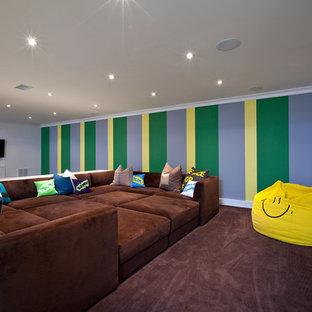 Esempio di una taverna minimal con pareti multicolore e moquette