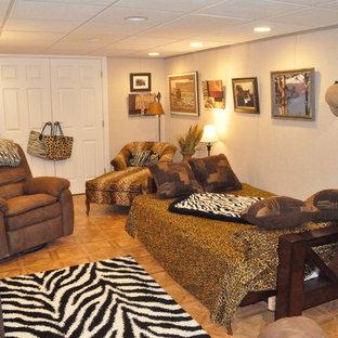 Cette photo montre un grand sous-sol chic avec un mur blanc, aucune cheminée, un sol orange et un sol en bois brun.
