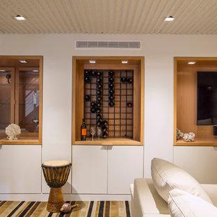 Inspiration pour un grand sous-sol design semi-enterré avec un mur blanc, moquette et un sol gris.