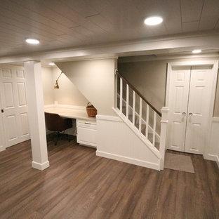 Aménagement d'un petit sous-sol classique enterré avec un mur beige, un sol en liège, aucune cheminée et un sol marron.