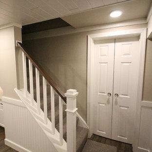 Inspiration för en liten vintage källare utan fönster, med beige väggar, korkgolv och brunt golv