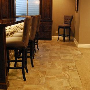 Idées déco pour un sous-sol classique semi-enterré et de taille moyenne avec un mur beige, un sol en carrelage de céramique et aucune cheminée.