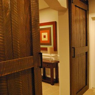 Idée de décoration pour un sous-sol tradition semi-enterré et de taille moyenne avec un mur beige, moquette et aucune cheminée.