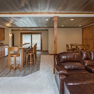 Ejemplo de sótano con puerta grande con paredes grises, moqueta y estufa de leña