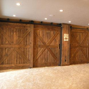 Ispirazione per una taverna classica di medie dimensioni con pareti marroni, moquette e pavimento beige