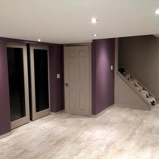 Esempio di una grande taverna chic interrata con pareti viola e pavimento in vinile