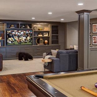 Modelo de sótano clásico renovado con paredes grises, suelo de madera oscura y suelo marrón