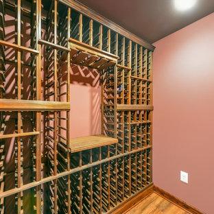 Idées déco pour un sous-sol classique semi-enterré et de taille moyenne avec un mur beige et un sol en bois brun.