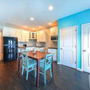 Exemple d'un petit sous-sol donnant sur l'extérieur avec un mur multicolore et un sol en bois foncé.