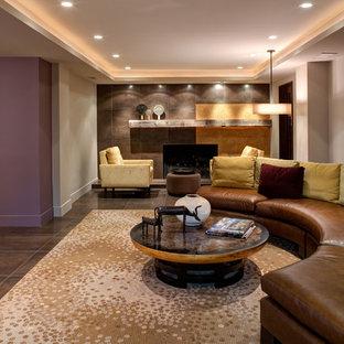 Cette image montre un sous-sol design enterré avec un mur gris, une cheminée standard, un manteau de cheminée en carrelage et un sol en carrelage de céramique.