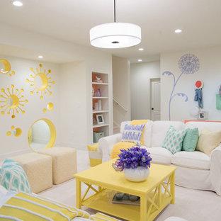 Exemple d'un grand sous-sol éclectique avec un mur blanc, moquette et un sol blanc.