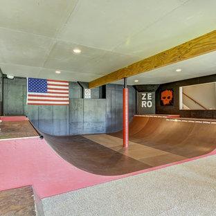 Cette image montre un grand sous-sol traditionnel donnant sur l'extérieur avec moquette et aucune cheminée.