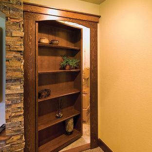 Cette photo montre un grand sous-sol chic donnant sur l'extérieur avec un mur blanc, moquette, aucune cheminée et un sol marron.