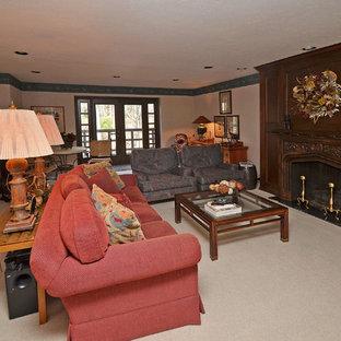 Großes Eklektisches Souterrain mit beiger Wandfarbe, Teppichboden, Kamin, Kaminumrandung aus Holz und beigem Boden in Cleveland
