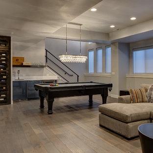 Klassisk inredning av en stor källare utan ingång, med grå väggar, mellanmörkt trägolv och beiget golv