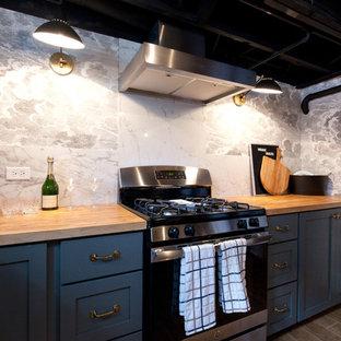 Exemple d'un sous-sol nature semi-enterré et de taille moyenne avec un mur gris, un sol en bois clair, un sol marron, un bar de salon, un plafond en poutres apparentes et du papier peint.
