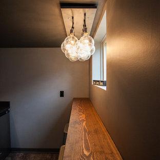 Kleiner Eklektischer Hochkeller ohne Kamin mit grauer Wandfarbe, Betonboden und grauem Boden in Seattle