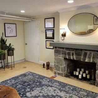 Inspiration pour un sous-sol bohème semi-enterré et de taille moyenne avec un mur jaune, un sol en carrelage de céramique, une cheminée standard, un manteau de cheminée en pierre et un sol jaune.