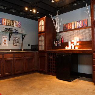 Idee per una taverna tradizionale interrata di medie dimensioni con pareti grigie, pavimento in cemento e pavimento arancione