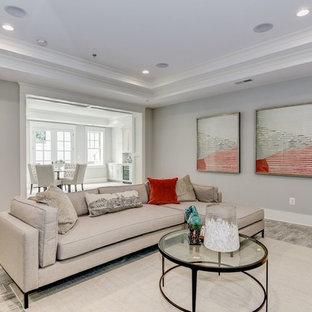 Aménagement d'un grand sous-sol craftsman donnant sur l'extérieur avec un mur gris, un sol en carrelage de céramique, une cheminée standard, un manteau de cheminée en bois et un sol gris.