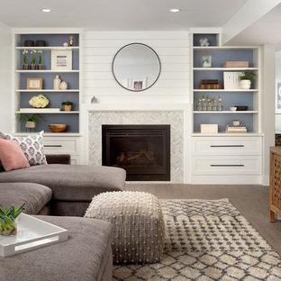 Foto på en vintage källare utan fönster, med vita väggar, en standard öppen spis, en spiselkrans i trä och brunt golv