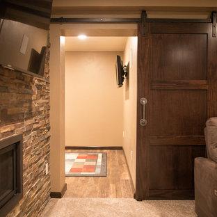 Exemple d'un sous-sol tendance enterré avec un mur beige, moquette, une cheminée double-face, un manteau de cheminée en pierre et un sol blanc.