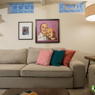Imagen de sótano con ventanas tradicional renovado, de tamaño medio, sin chimenea, con paredes blancas