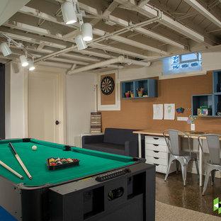Ispirazione per una piccola taverna chic interrata con pavimento in cemento, pavimento marrone e pareti multicolore