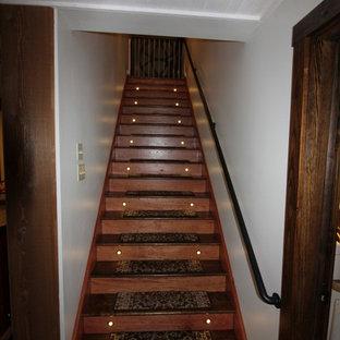 Idée de décoration pour un sous-sol champêtre donnant sur l'extérieur et de taille moyenne avec un mur beige, sol en stratifié, un poêle à bois et un sol marron.
