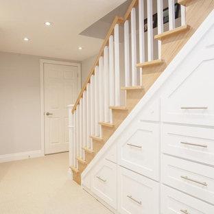 Idée de décoration pour un grand sous-sol minimaliste donnant sur l'extérieur avec un mur gris, moquette et aucune cheminée.