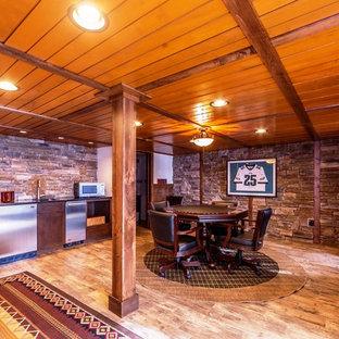 Idée de décoration pour un grand sous-sol chalet semi-enterré avec un mur beige, un sol en bois brun et aucune cheminée.