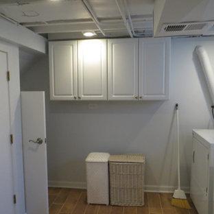 Réalisation d'un petit sous-sol minimaliste enterré avec un mur jaune, un sol en carrelage de porcelaine et un sol marron.