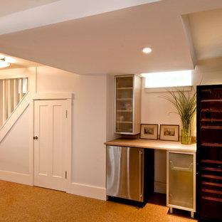 Esempio di una taverna minimal seminterrata con pareti bianche e pavimento in sughero