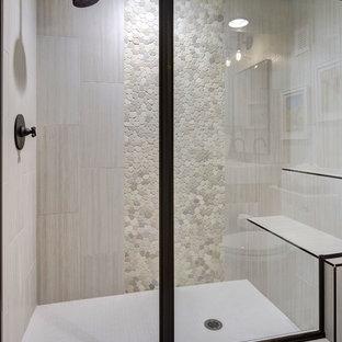 Cette image montre un sous-sol traditionnel donnant sur l'extérieur et de taille moyenne avec un mur gris, un sol en vinyl, aucune cheminée et un sol marron.
